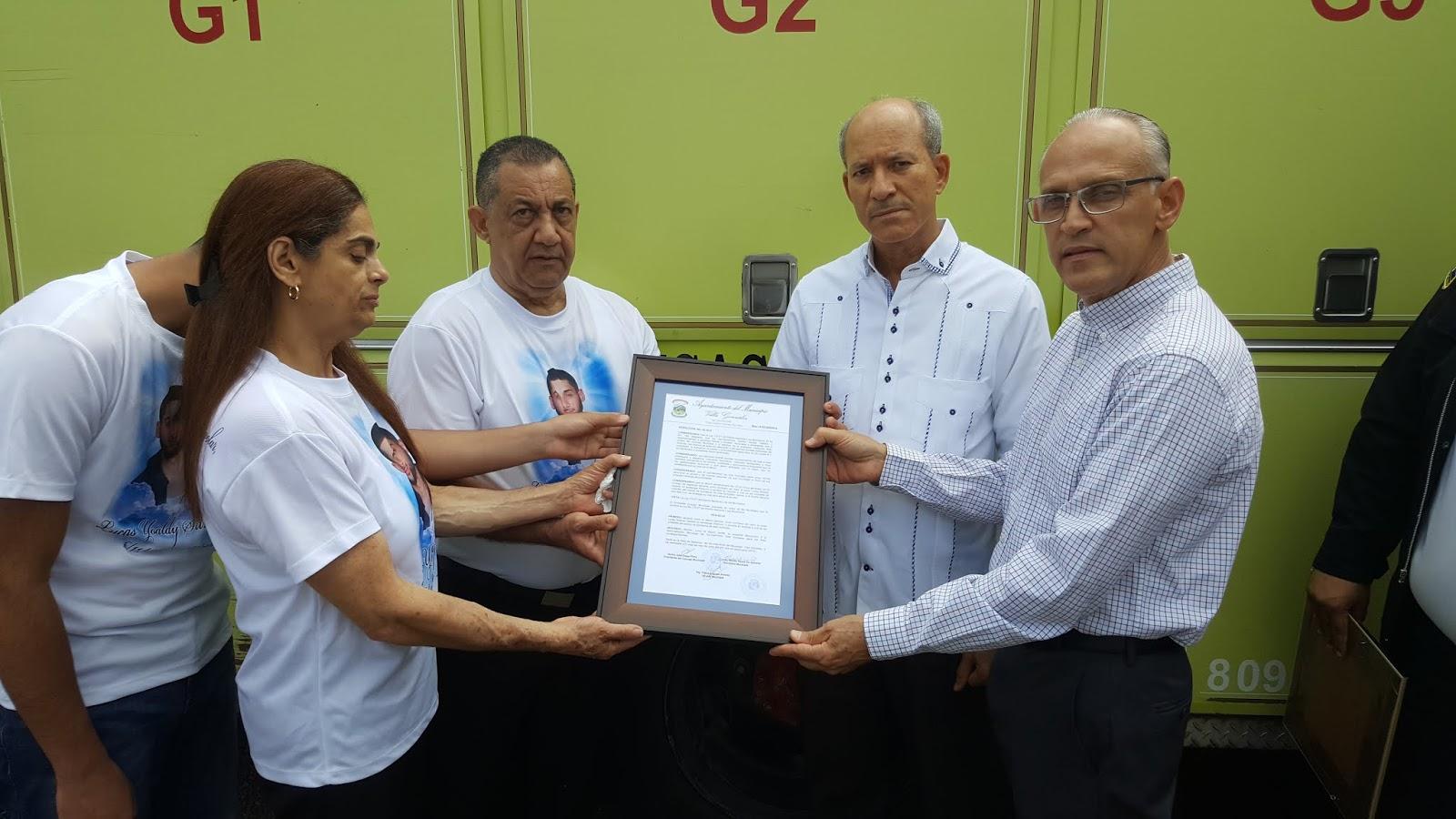 Ayuntamiento de Villa González y Bomberos hacen homenaje póstumo y ponen Lucas Silverio, unidad de Incendio Cuerpo Bomberos Villa González.