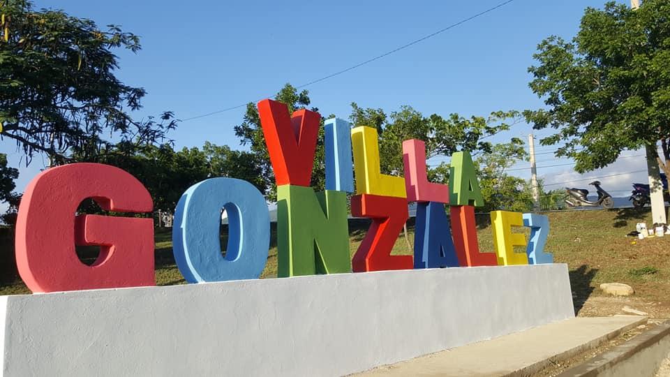 Ayuntamiento construye parador fotográfico en Villa González.