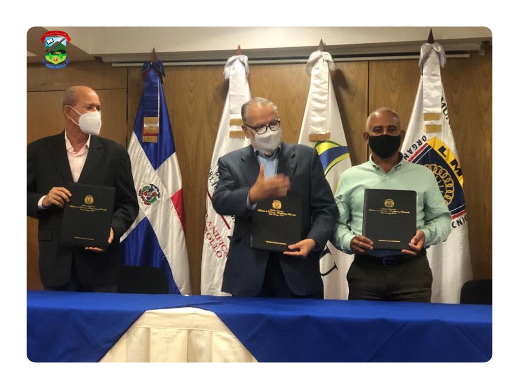 Ing. César Álvarez firma carta compromiso con el MEPYD