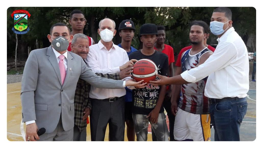 Ayuntamiento entrega útiles deportivos en la Comunidad del Cruce de Quinigua
