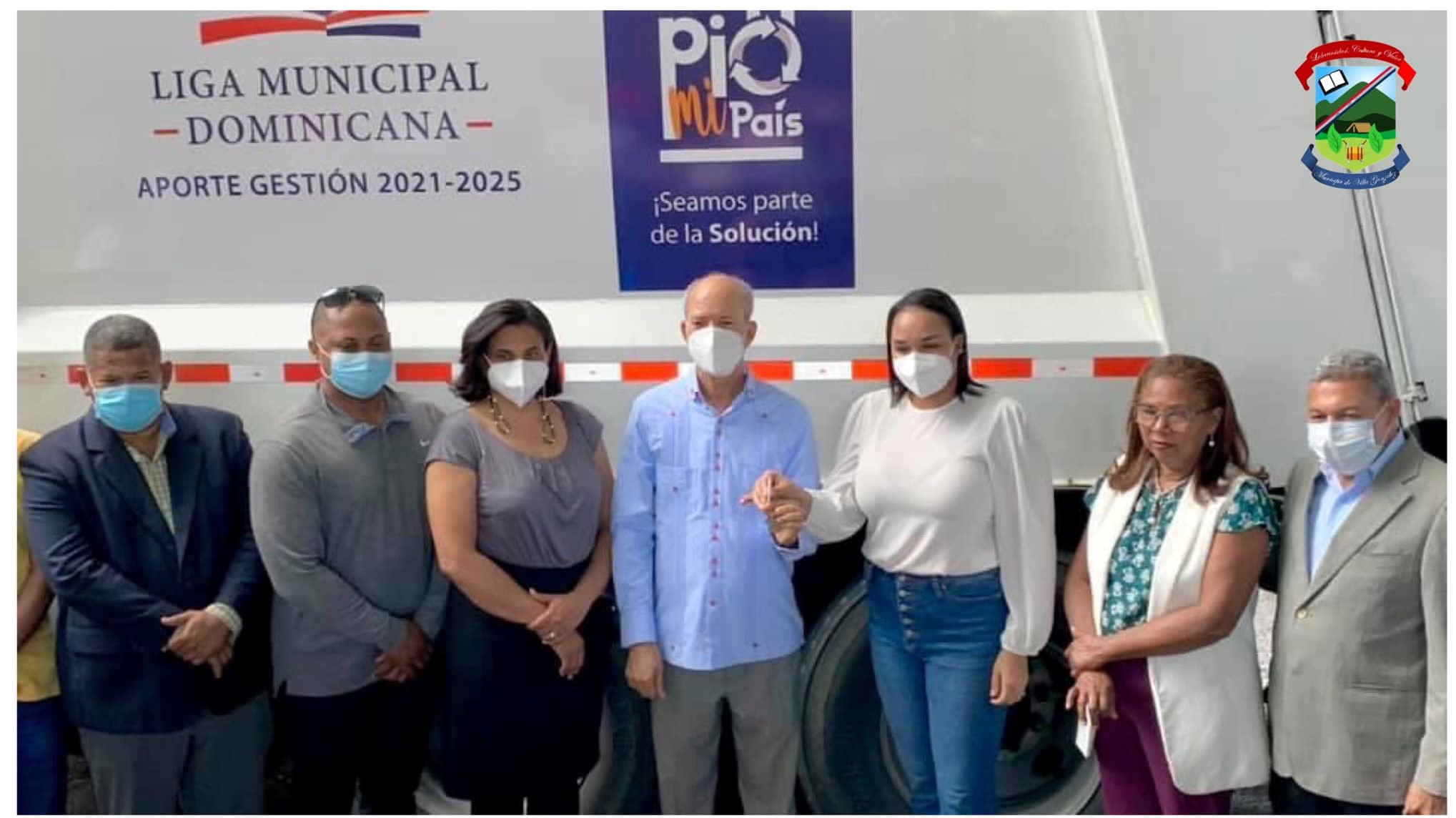 La Liga Municipal Dominicana, entrega camión Compactador al cabildo del Municipio de Villa González