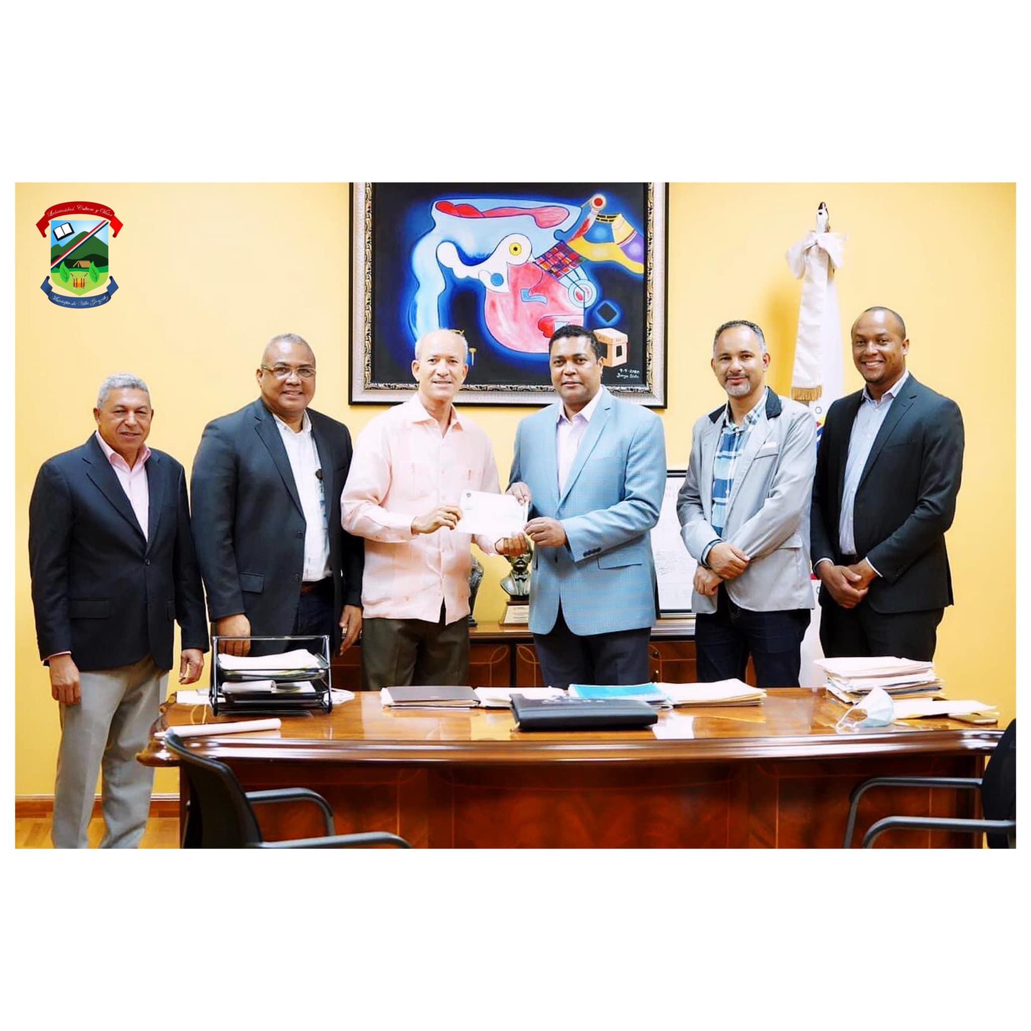 El Secretario General de la Liga Municipal Dominicana , hace entrega de cheque  al Alcalde Ing. cesar Álvarez